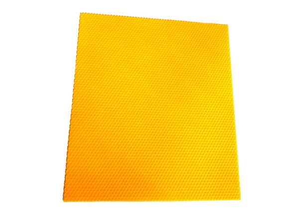 La cera pura de abeja es una sustancia segregada por las abejas como líquido a través de sus glándulas cereras.